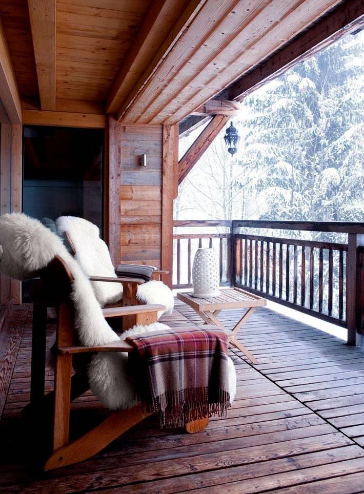 деревянный балкон в загородном доме с креслами и красивым видом