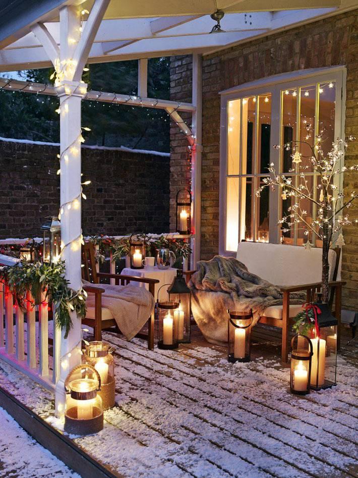 большие свечи и гирлянды для украшения веранды возле дома