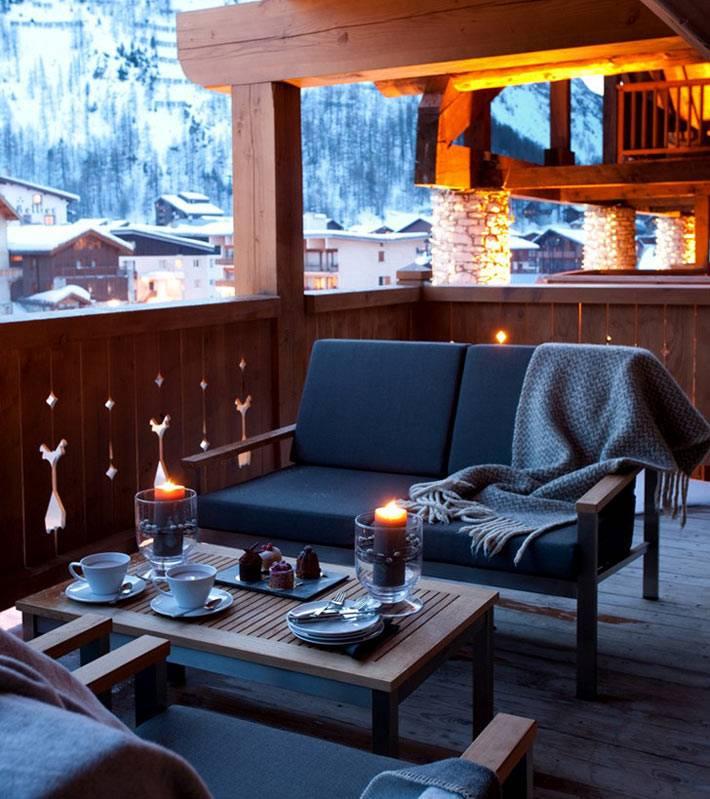 уютная романтическая обстановка на зимней террасе в горах