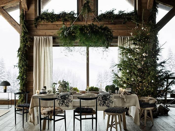 люстра с хвойным украшением над новогодним праздничным столом