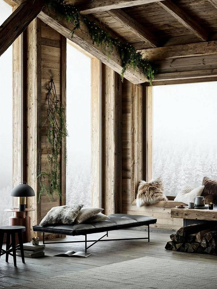 уютный зимний интерьер с большими окнами в деревянном доме