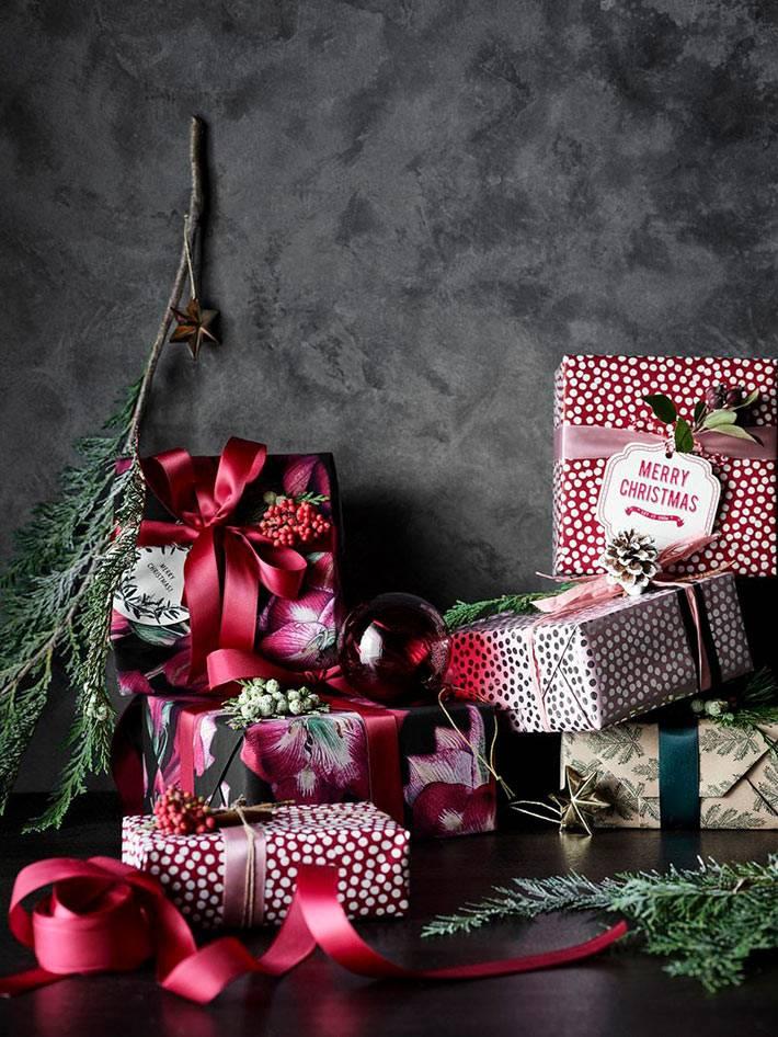 красивые упаковки новогодних подарков с красными лентами