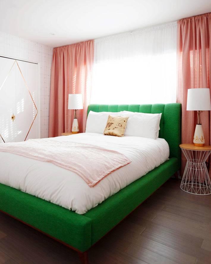 шторы кораллового цвета в спальне с зелёной кроватью