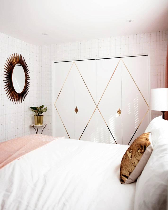 встроенный шкаф с золотисто-белой дверью в спальне