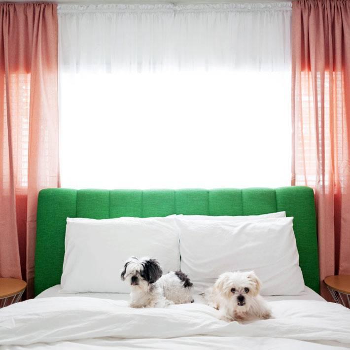 двуспальная кровать с мягким зелёным изголовьем