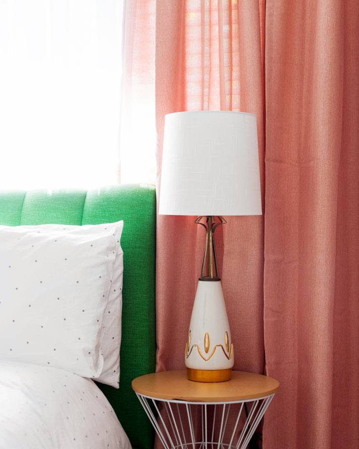 изысканная настольная лампа на круглой прикроватной тумбе