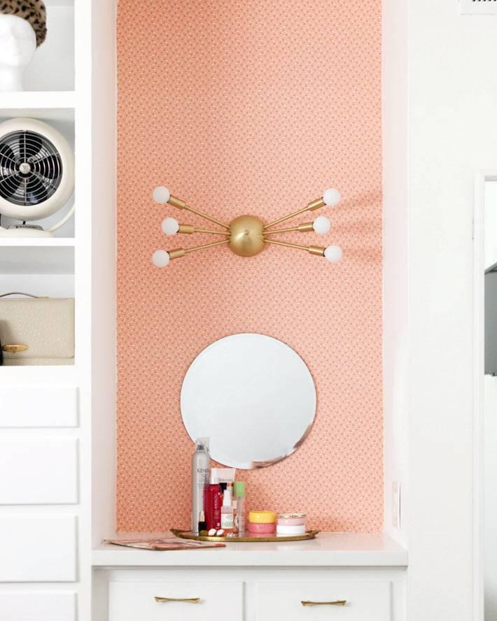 маленький туалетный столик для женщины с круглым зеркалом