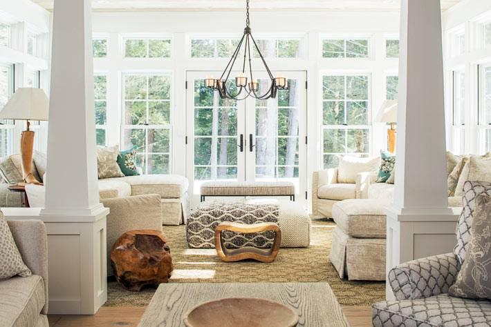 белые и бежевые цвета в оформлении гостиной комнаты фото