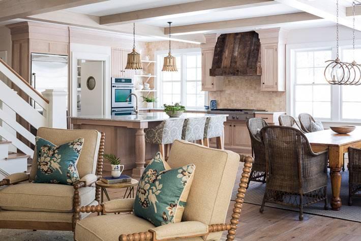 кухня и столовая совмещены с гостиной в деревенском доме