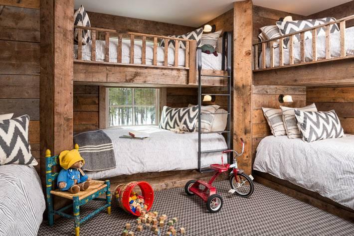 двухъярусные кровати в детской комнате для многодетной семьи