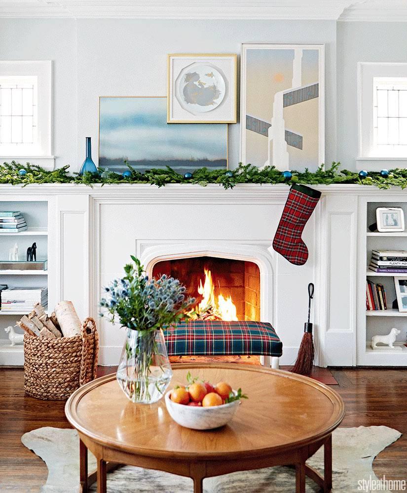 Новогодний интерьер дома с камином и красивім декором