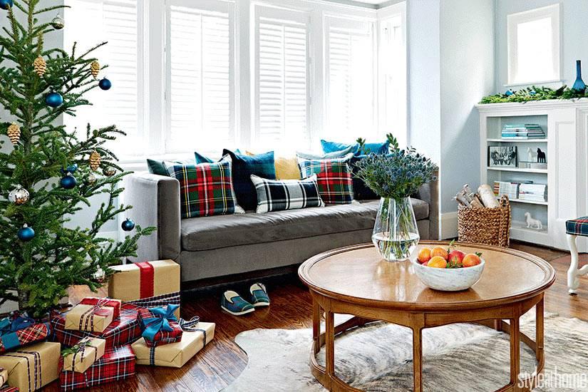 гостиная комната с новоголней ёлкой и кучей подарков фото