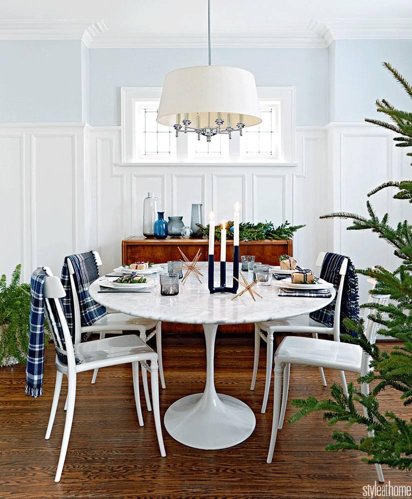 овальный пластиковый стол для обедов с новогодним декором