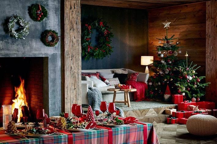 новогодние венки на стенах дома в заснеженном лесу