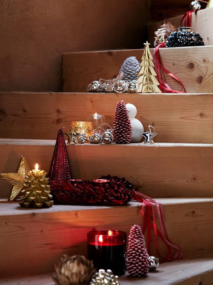 свечи и шишки разложили на деревянных ступенях в доме