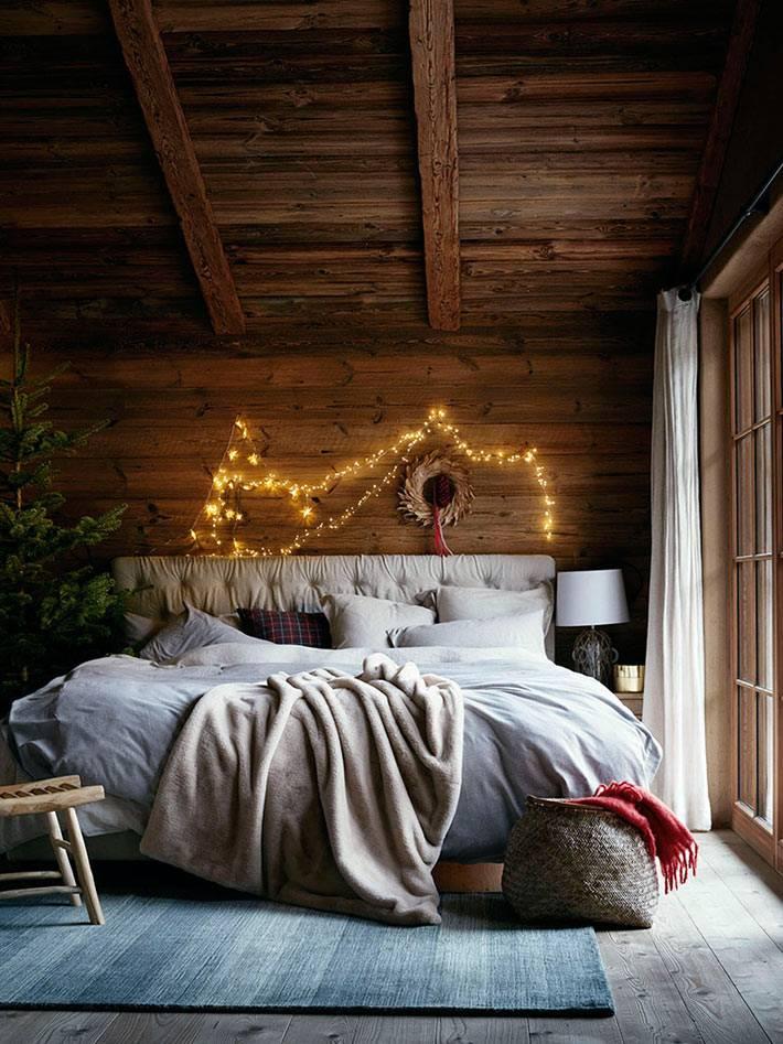 новогодний интерьер спальни украсили ёлкой и гирляндой