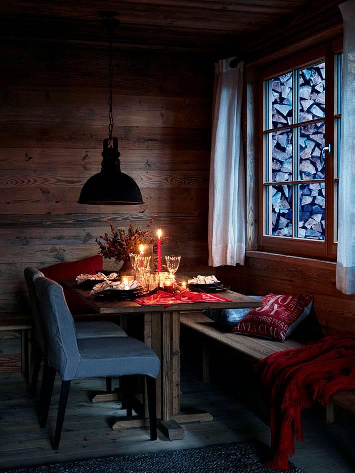 уютный новогодний ужин при свечах в деревянном коттедже