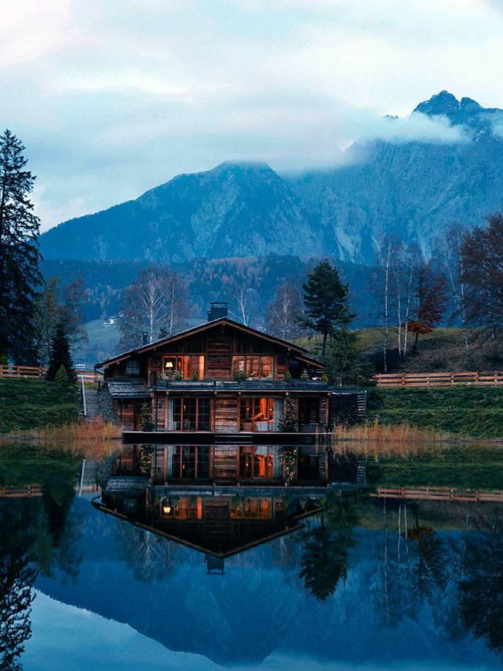 уютный новогодний деревянный дом в горах у озера