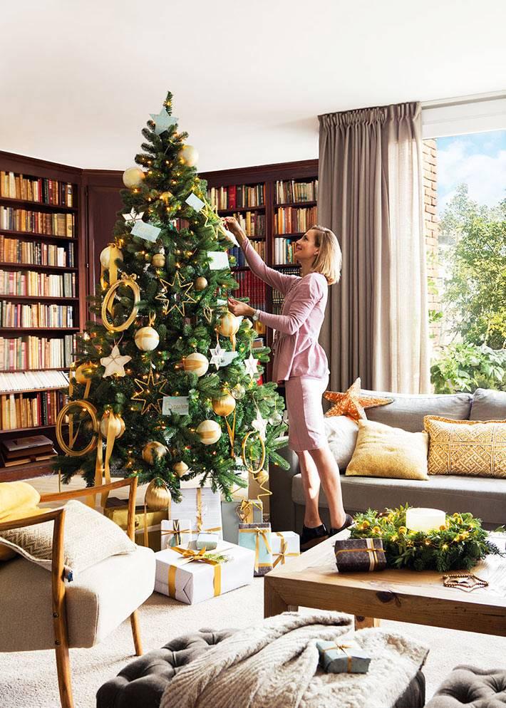 новогодняя ёлка с золотистыми украшениями в доме