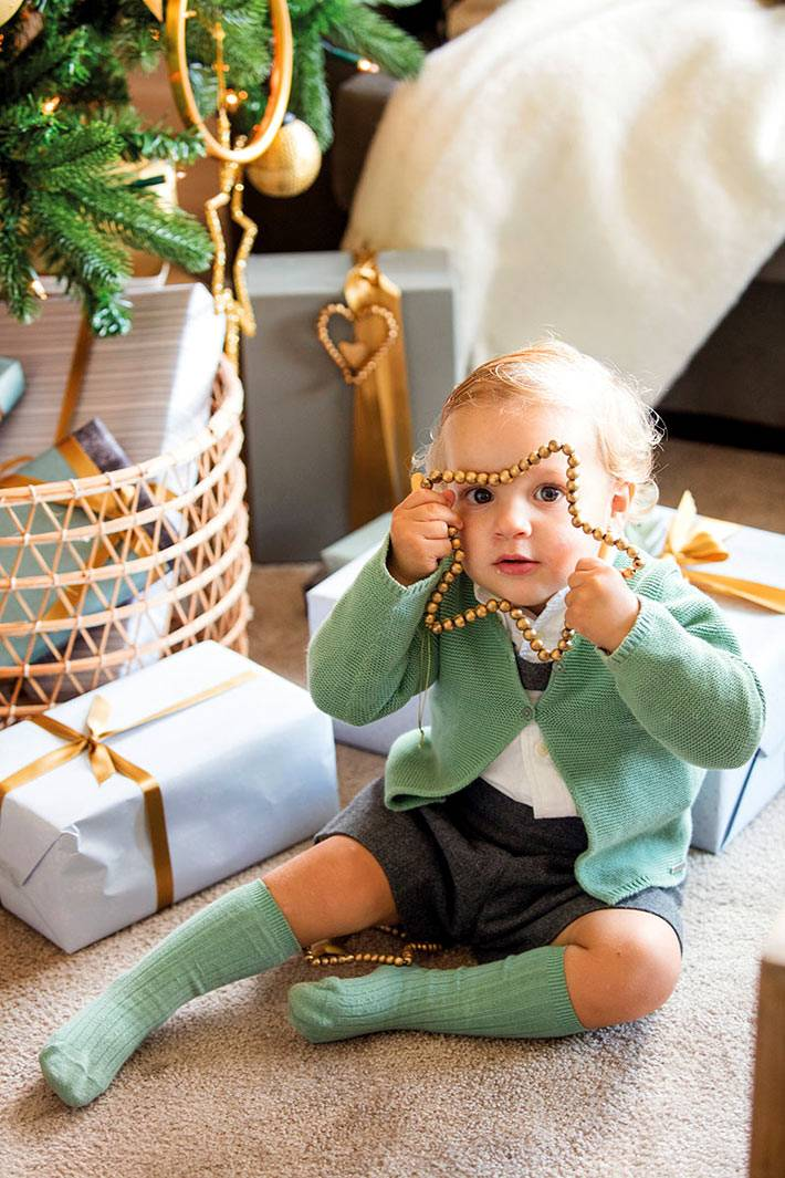золотистые ёлочные игрушки и новогодние подарки