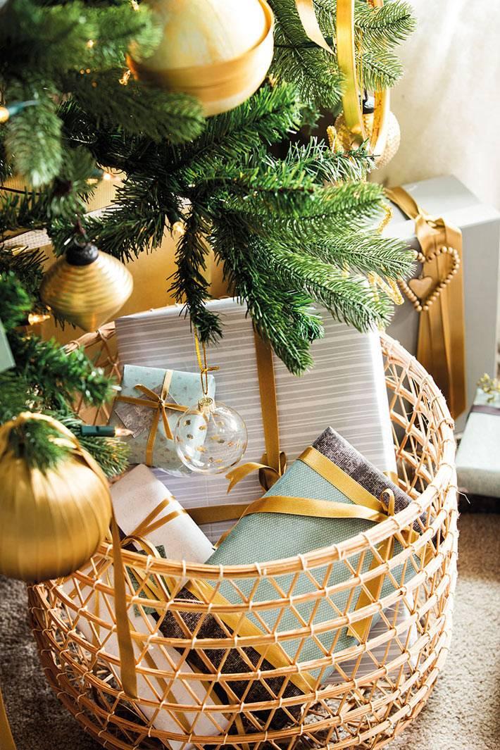 плетёная корзина для подарков под новогодней ёлкой