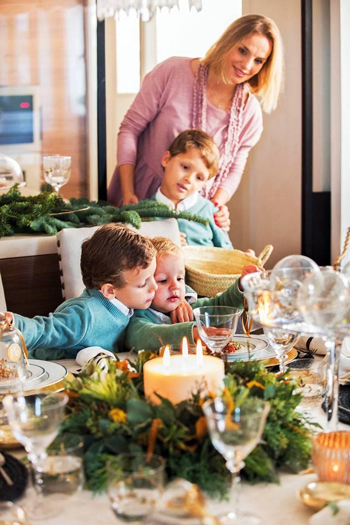 семейный ужин за красивым праздничным столом со свечами