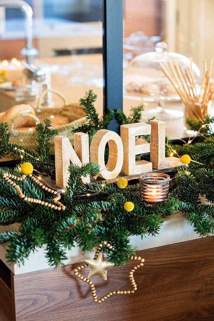 новогодняя надпись на еловой гирлянде со свечами фото