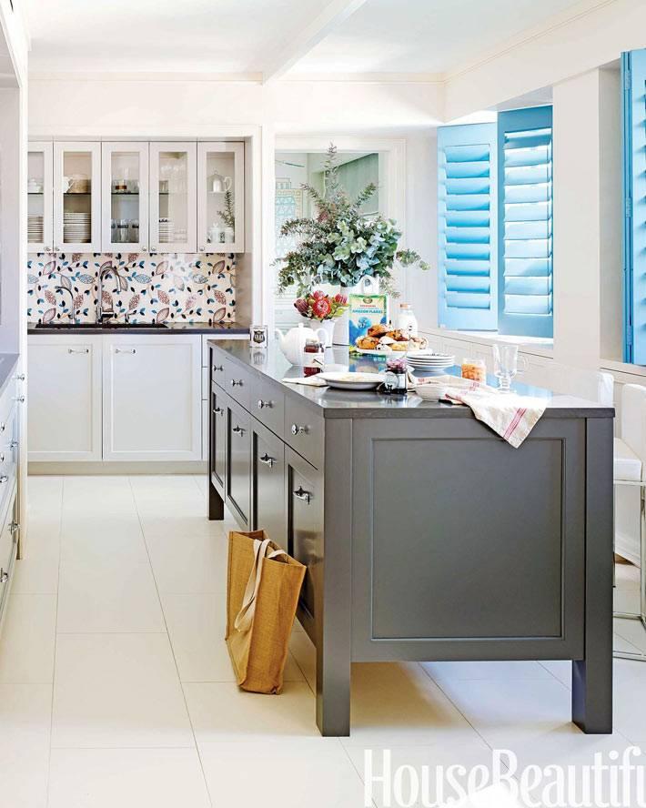 деревянные жалюзи-ставни голубого цвета на окнах кухни