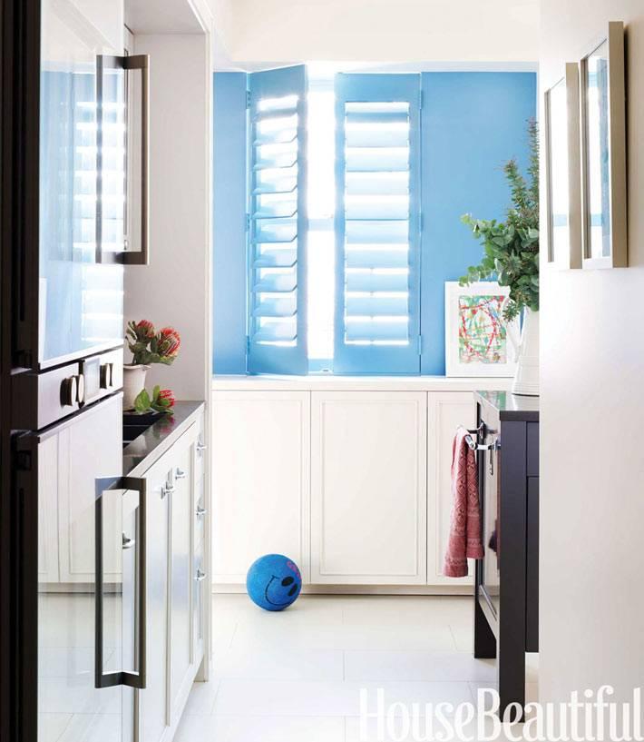 темная мебель и белый кафельный пол в интерьере маленькой кухни