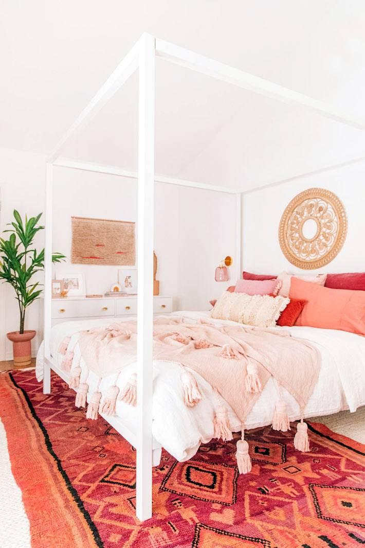 контрастные цвета в дизайне спальни - ярко розовый и белый