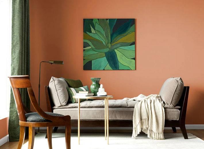 терракотовые стены в интерьере гостиной комнаты с зелёным декором