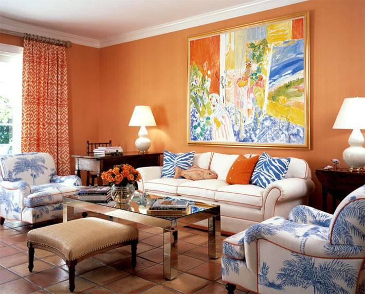большая яркая картина и белый диван в гостиной комнате
