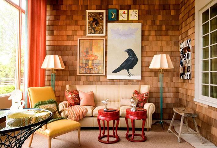 красочный дизайн комнаты с оранжевыми шторами и кирпичной стеной