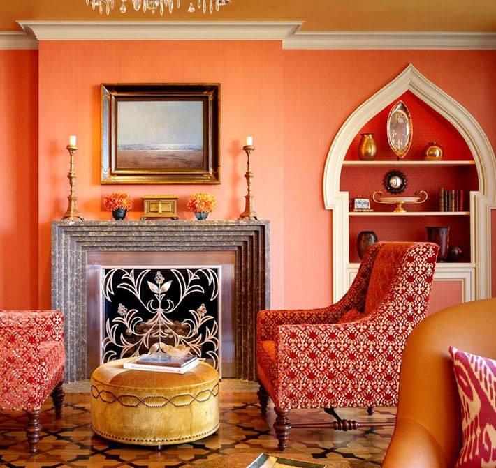 терракотовый цвет в восточном дизайне комнаты с камином