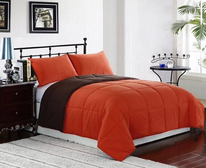 в бледной спальной комнате ярким акцентом станет терракотовое постельное белье
