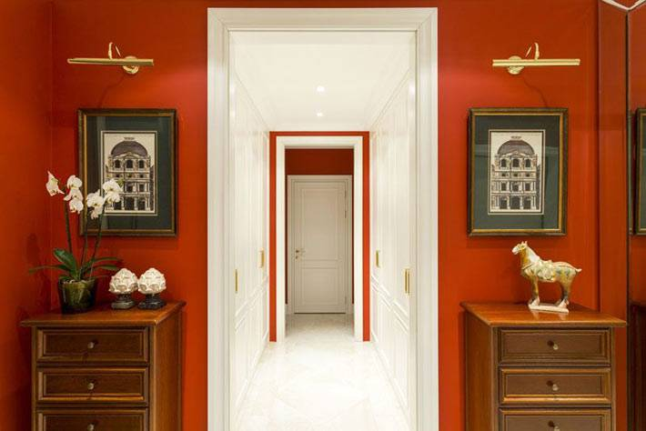 яркие цвета в холле дома и белые стены в коридоре