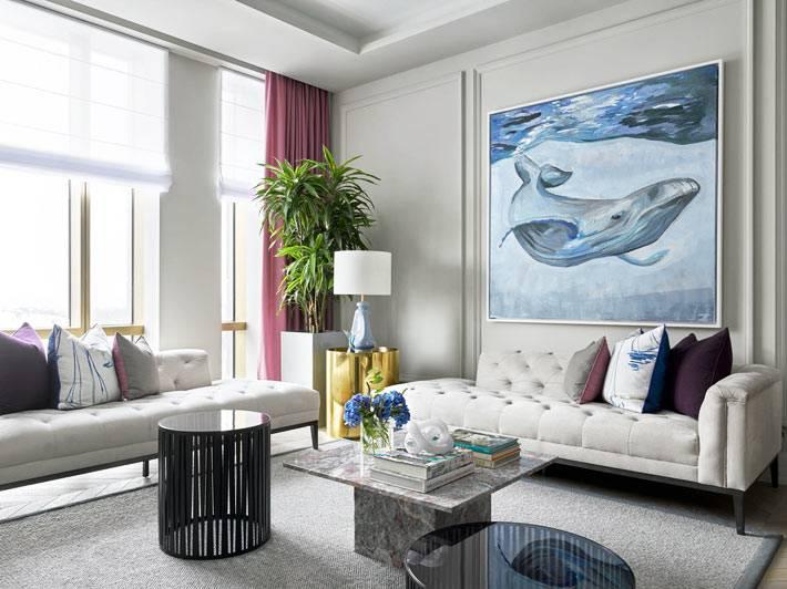 стену гостиной комнаты украшает большая картина с китом
