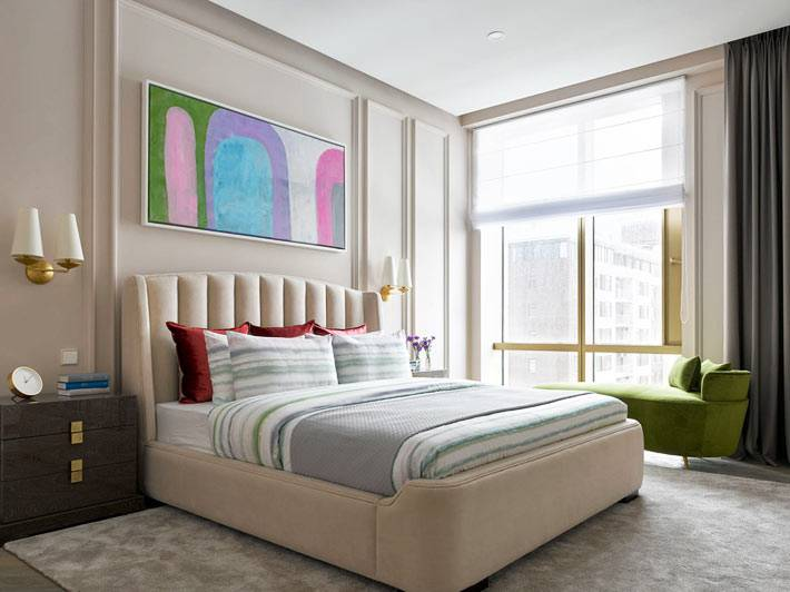 большая кровать бежевого цвета с мыгким высоким изголовьем