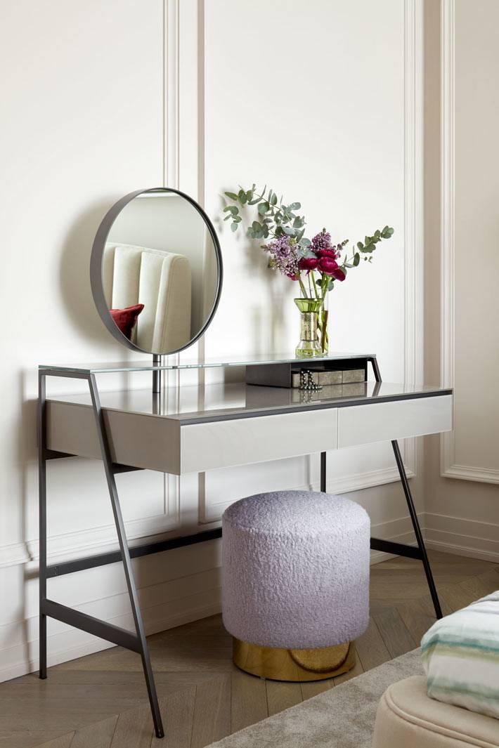 стильный туалетный столик с круглым пуфом для сидения