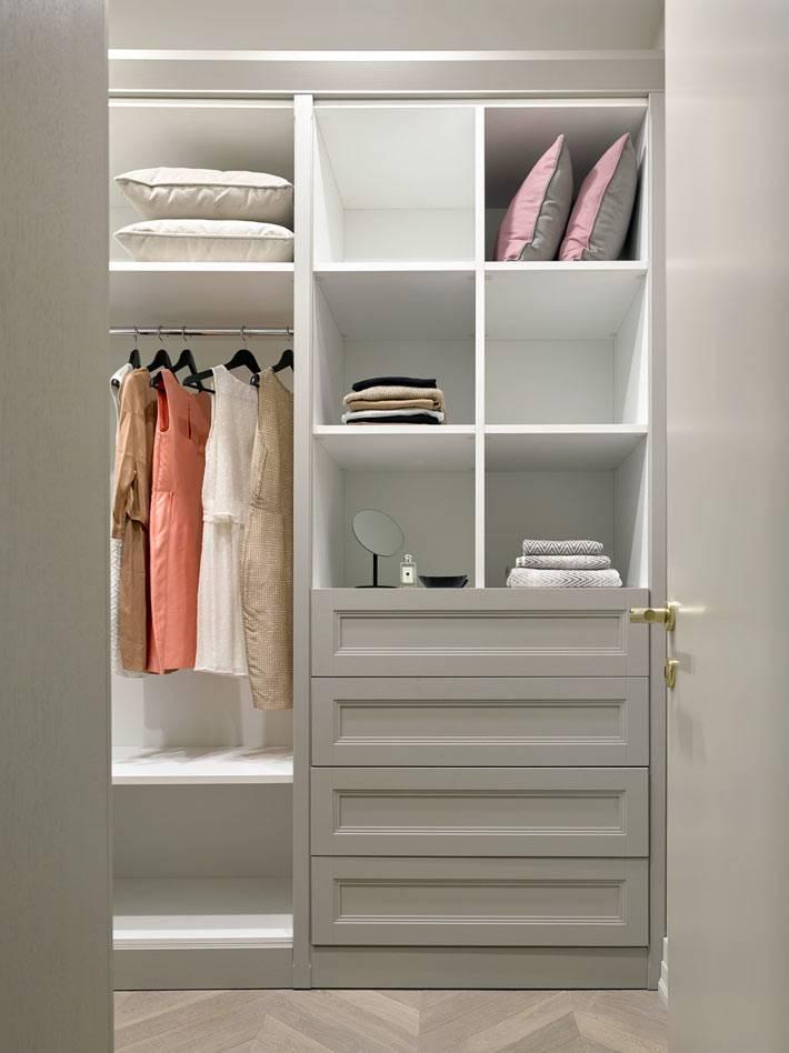 встроенные шкафы серого цвета с ящиками и полками для хранения вещей