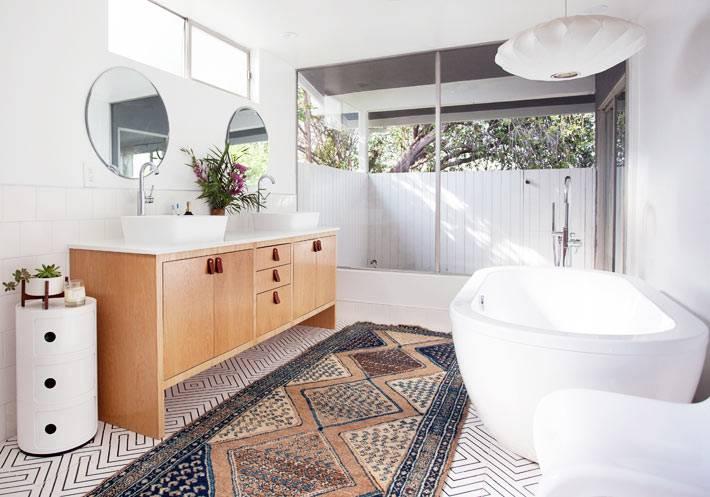 просторная ванная комната в доме с деревянной тумбой