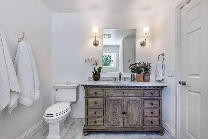 белая ванная комната с ретро комодом из дерева