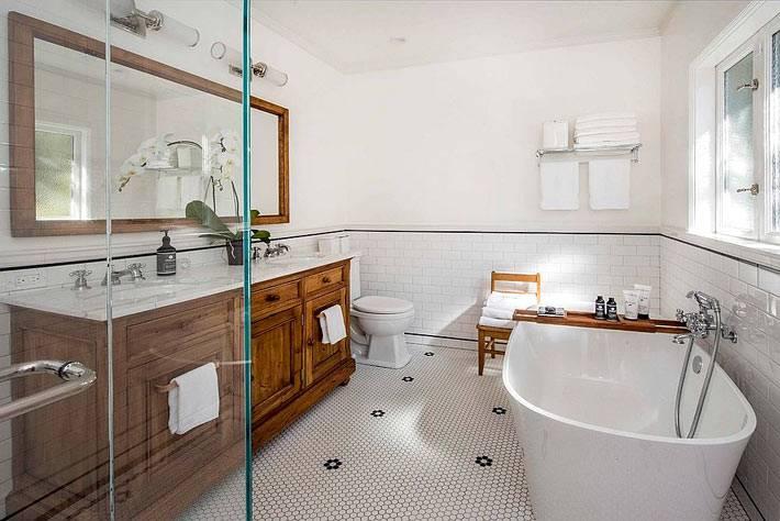 белая напольная плитка в ванную в виде маленьких сот