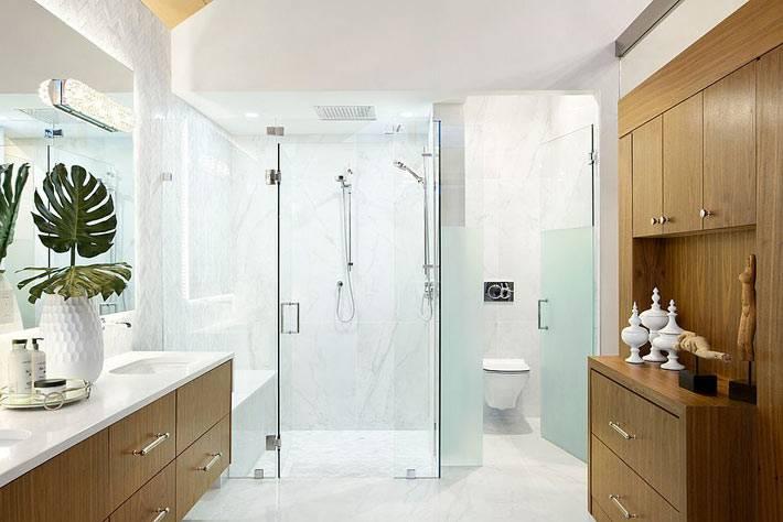 деревянный шкаф и тумба в большом интерьере ванной комнаты
