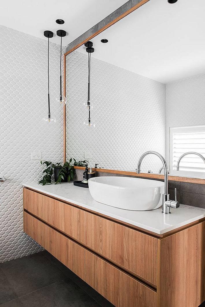 красивый дизайн белой ванной с большим зеркалом