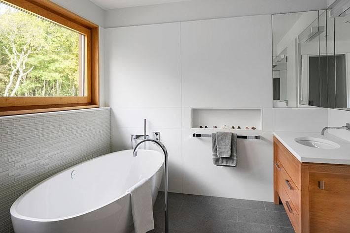 окно в ванной комнате напротив тумбы с зеркалом