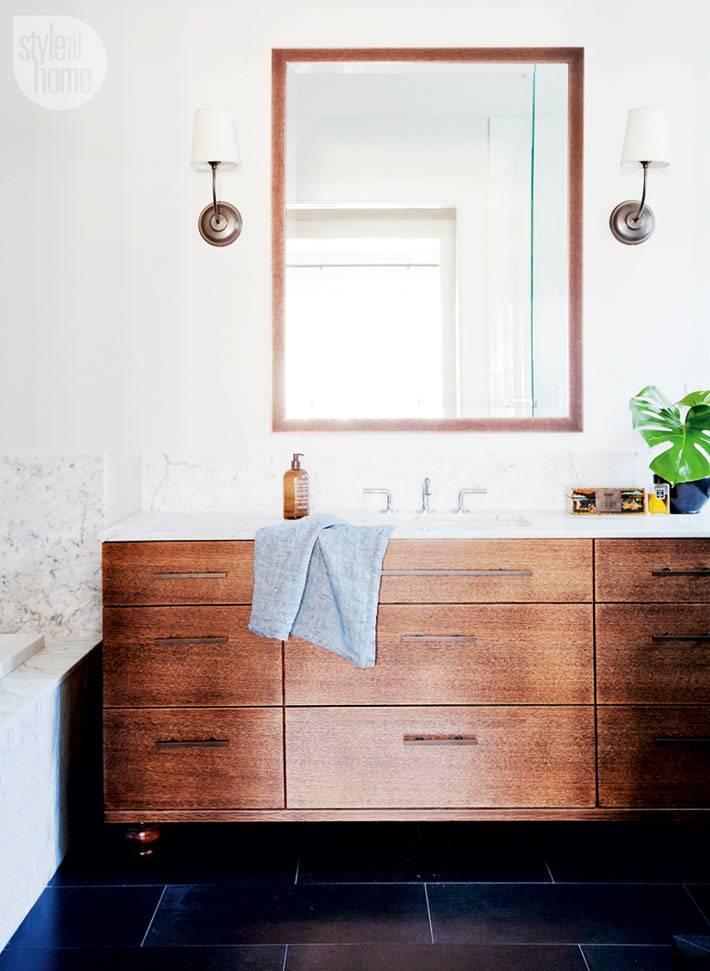 деревянные материалы очень сочетаются с белыми стенами ванной