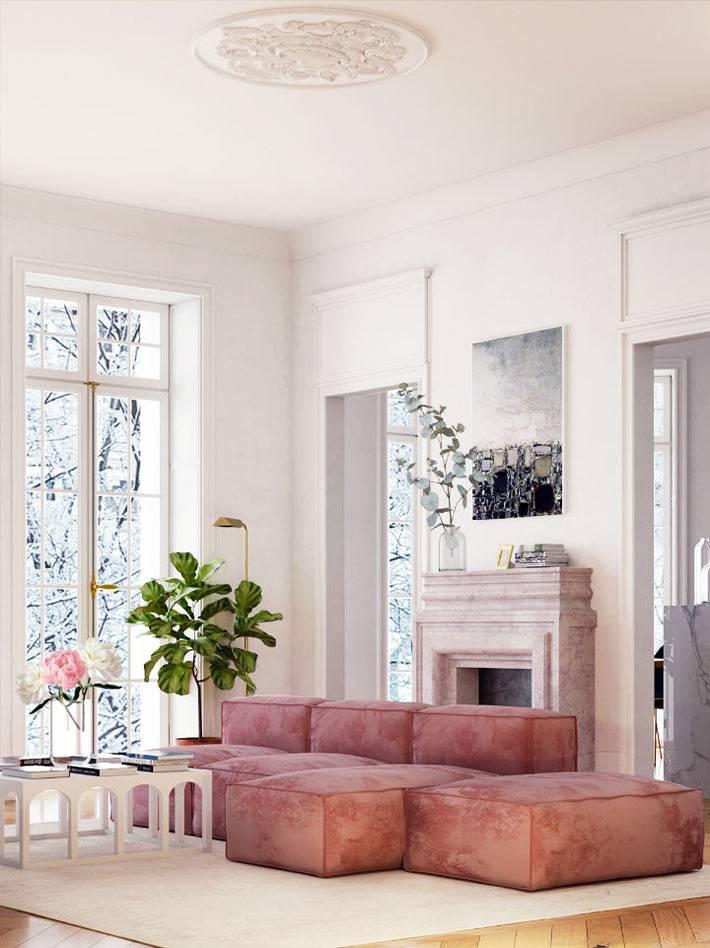 модульный угловой диван терракотового цвета возле камина в комнате
