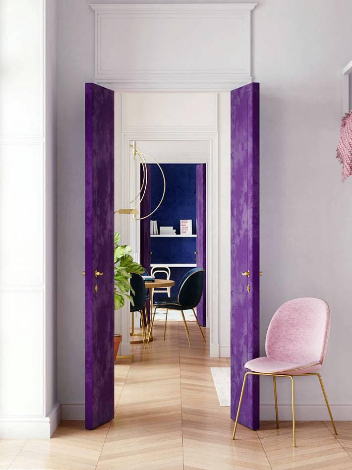 межкомнатные двери оббиты бархатом фиолетового цвета