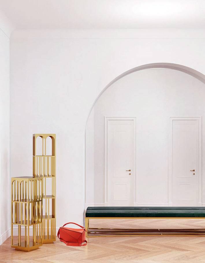 золотые декоративные элементы в интерьере фойе дома